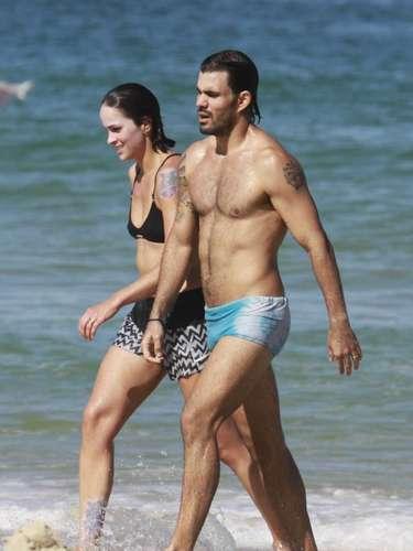 Julho 2013-Juliano Cazarré e a mulher, Letícia, curtiram juntos o dia de sol e se banharam no mar da praia da Barra da Tijuca, no Rio de Janeiro, na tarde deste domingo (7)