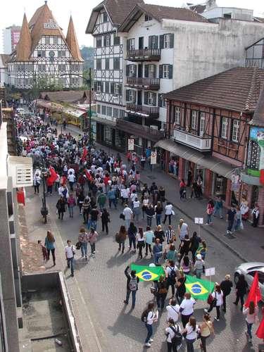 Blumenau Os manifestantes partiram do local por volta das 11h e percorreram as ruas Sete de Setembro e 15 de Novembro