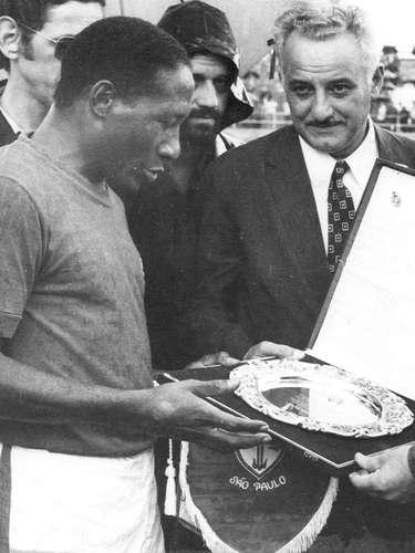 Djalma Santos é homenageado pelo presidente da Portuguesa, Osvaldo Teixeira Duarte, antes de amistoso da equipe contra o Zaire em 30 de janeiro de 1972