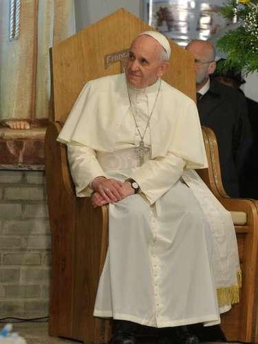 24 de julho -Papa Francisco observa sentado em inauguração do Polo de Atendimento a Dependentes Químicos do hospital São Francisco, no Rio de Janeiro