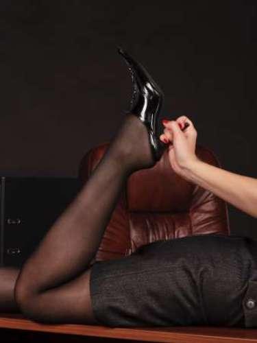 """2. No escritório Sexo no chão é quente porque soa como algo primitivo. Então, deite seu homem no chão e use uma fita para amarrar os pulsos dele nas pernas da mesa, para que ele seja seu """"escravo"""""""