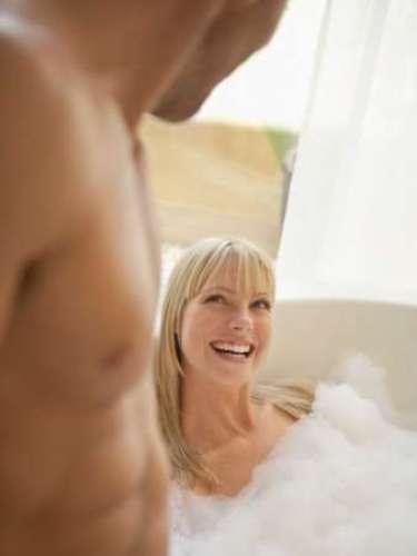 5. Na banheiraSentem-se um de frente para o outro na banheira. Aconchegue suas coxas próximas às dele, e, usando as próprias paredes da banheira, movimente seu quadril