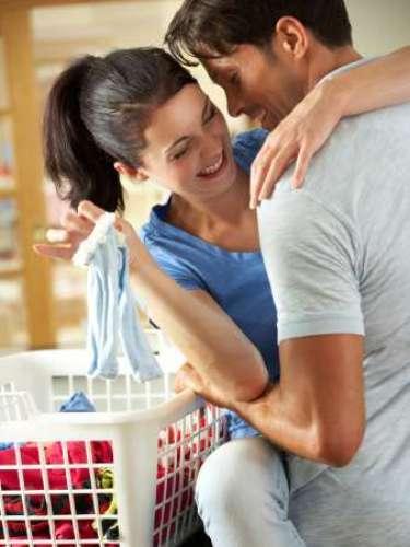 8. Lavanderia Sente-se na máquina de lavar ou na secadora enquanto estiverem funcionando. Peça que ele fique em pé na sua frente para que você apoie os pés nos ombros dele. O barulho e o movimento da máquina vão aquecer este momento a dois