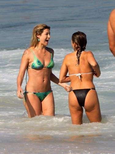 Agosto 2013-Luana Piovani e o marido, o surfista Pedro Scooby, foram vistos na praia do Leblon, no Rio de Janeiro