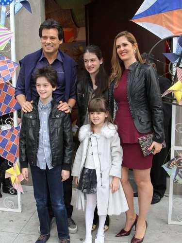 Eliana e o produtor musical João Marcelo Bôscoli comemoraram o aniversário do filho, Arthur, em um buffet na capital paulista, neste domingo (11) - o menino completou 2 anos no sábado (10). Na foto, Celso Portiolli e a família