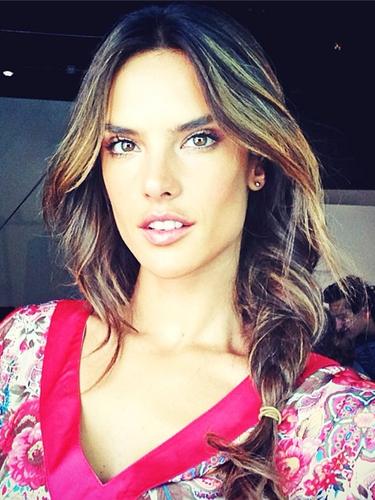A top model Alessandra Ambrósio publica auto-retrato feito durante férias, usando bata estampada e trança na lateral