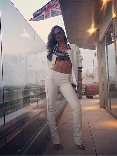 A cantora Rihanna posta foto de look usado em Londres, um conjunto do estilista Roberto Cavalli