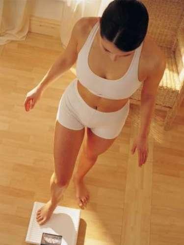 2. Tubo de alimentação Para perder peso rápido, muitas mulheres  incluindo as que estão com o casamento marcado  estão apostando em um tubo inserido no nariz, que atravessa o esôfago e vai até o estômago, permancecendo por lá 24 horas por dia. Durante 10 dias, não se pode comer nada, e uma fórmula de alta proteína e baixo carboidrato passeia pelo tubo