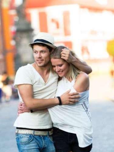 4. Ele faz carinho em você publicamente Quando um homem te abraça em público, ele não só está fazendo um gesto de proteção como também está anunciando para o mundo, com orgulho, que vocês estão juntos