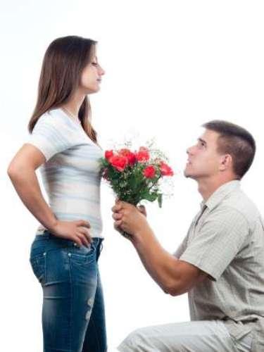 7. Ele não tem medo de entrar em conflito ou de pedir desculpas Às vezes é preciso ter uma ou duas brigas para se entender o quão forte um relacionamento é. Um homem apaixonado não tem medo de entrar em conflito, nem mesmo de pedir desculpas