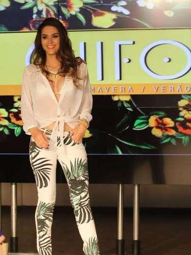 Em seguida, a atriz entrou na passarela com uma calça skinny branca estampada com desenhos decoqueiros e uma camisa branca transparente