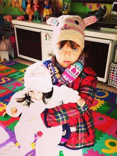 Ticiane Pinheiro postou nesta sexta-feira (30) um look do dia, mas não foi uma foto dela, e sim, de sua filha Rafaella Justus. Para espantar o frio, a menina se agasalhou com um gorrinho de bichinho, um cachecol de várias estampas e um casaco acolchoado xadrez. A mamãe coruja escreveu \