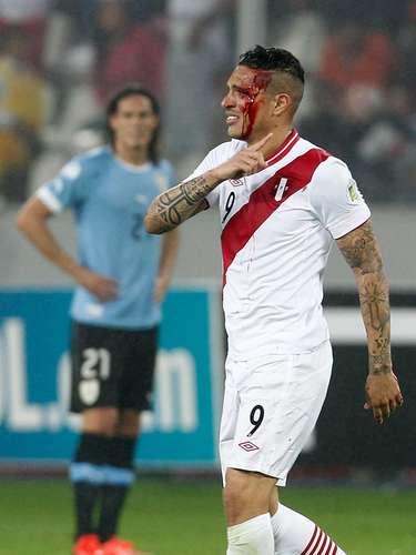 O atacante Paolo Guerrero, do Corinthians, foi hospitalizado na noite desta sexta-feira após o confronto entre Peru e Uruguai, em Lima, pela oitava rodada das Eliminatórias Sul-Americanas para a Copa do Mundo de 2014, no Brasil
