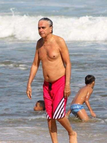 Setembro 2013-O compositor Caetano Veloso aproveitou o sol do Rio de Janeiro para curtir a praia do Leblon, no Rio de Janeiro nesta segunda-feira (9)