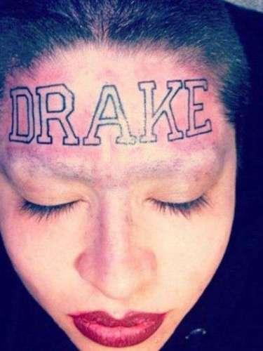 Fã do cantor Drake demonstra admiração tatuando o nome do ídolo na testa, em letras garrafais