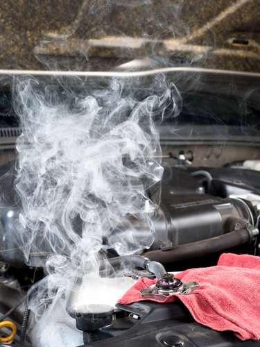 Um carro sem água no reservatório já pode ter superaquecido ou estar com algum vazamento. Fique atento
