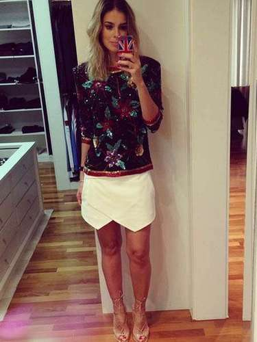 Em outubro, Vera Viel compartilhou um de seus looks com seus seguidores do Instagram. A apresentadora e mulher de Rodrigo Faro usava saia-short com barra assimétrica, sandálias nude e blusa toda coberta por aplicações de pedras