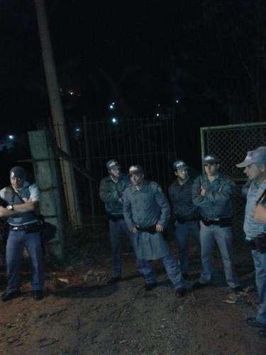 18 de outubro -Moradores observam a movimentação em frente ao instituto, na cidade de São Roque, em São Paulo