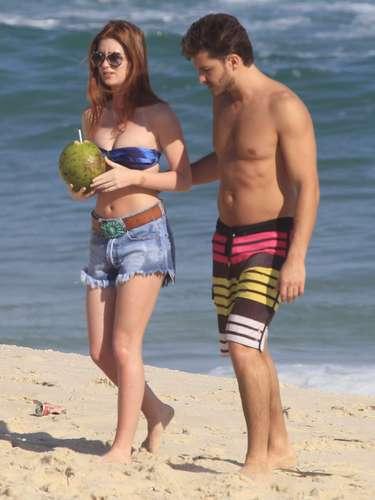 Outubro 2013-Marina Ruy Barbosa e Klebber Toledo aproveitaram o calor para ir à praia da Reserva, no Rio de Janeiro, nesta quinta-feira (24). O casal jogou frescobol, se refrescou no mar e trocou muitos carinhos durante o tempo em que ficou no local