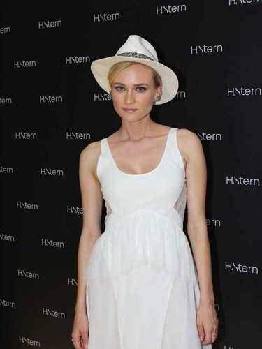 Diane foi ao coquetel com um vestido branco com recortes estratégicos e decote com transparência nas costas e na barra. Sandália branca e chapéu da mesma cor completaram o visual