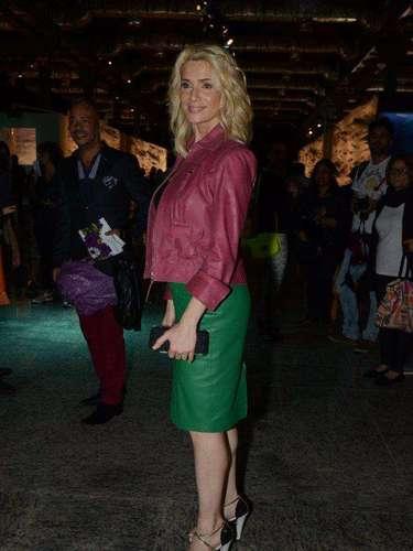 A atriz Letícia Spiller combinou peças coloridas para prestigiar primeiro dia do Fashion Rio. Após sufoco para chegar ao evento por causa do trânsito, ela criticou políticos:\