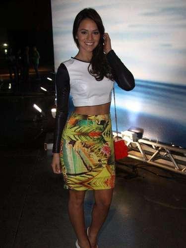 Bruna Marquezine chegouao Fashion Rio de top cropped e saia estampada, nesta quinta-feira (7).\