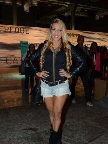 A atriz Dani Vieira foi clicada nos corredores do Fashion Rio de shortinho e polainas
