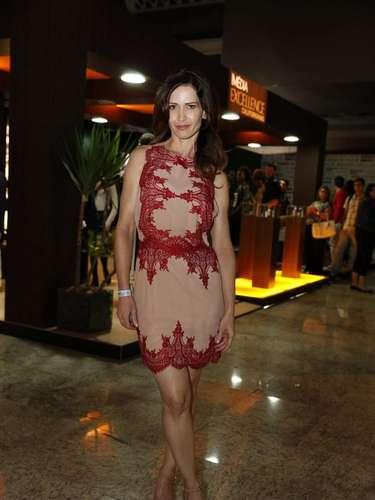A atriz Ingra Liberato posou para fotógrafos ao chegar ao Fashion Rio, nesta sexta-feira (8)