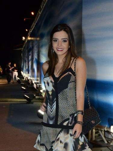 A atriz Giovanna Lancelotti escolheu vestido de alcinhas para prestigiar o último dia de desfiles do Fashion Rio