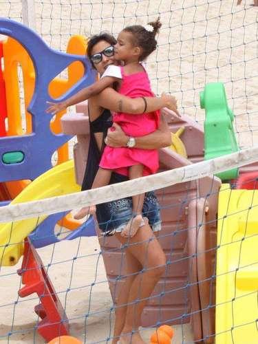 Novembro 2013 -Paula Morais se divertiu com as filhas do namorado, o ex-jogador Ronaldo, nesta sexta-feira (22). A DJ foi clicada com Maria Sophia, 4 anos, e Maria Alice, 3 anos, no Baixo Bebê, no Leblon, zona sul do Rio de Janeiro. Atenciosa, Paula deu água de coco às meninas que estavam vestidas de princesas - e também brincou com elas nos brinquedos