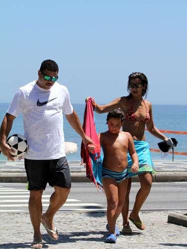 Dezembro 2013 - Ronaldo curtiu o sol dessa segunda-feira (9) na praia do Leblon, no Rio de Janeiro. Ele estava acompanhado da noiva, Paula Morais e do filho Alex