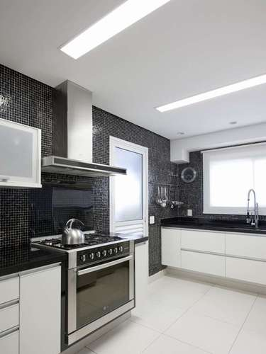 A combinação de preto e branco, em alta na moda e na decoração, incrementa a cozinha projetada pelo FGMF Arquitetos. Informações: (11) 3032-2826