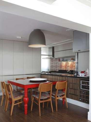 A cozinha proposta pelas arquitetas Lorreine Claudio e Luciana Arruda (11)2594-2511conta com colorido nos ladrilhos hidráulicos, em vermelho, creme e fendi. Os móveis são em cor clara e amadeirados, da Bontempo Gabriel (11)3062-8080