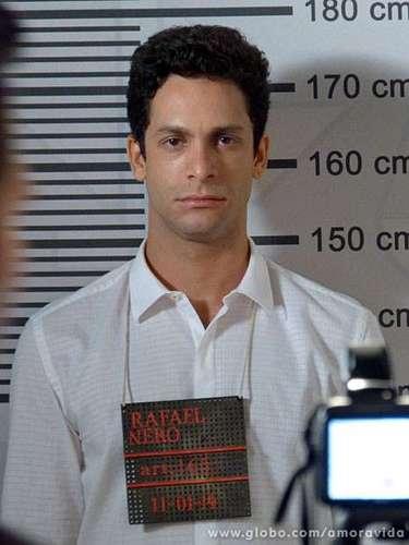 Rafael (Rainer Cadete) e Linda (Bruna Linzmeyer) viveram um momento lindo, cheio de carinho, na novela Amor à Vida, quando a menina pediu um beijo ao advogado e ele correspondeu delicadamente. Mas eles foram flagrados pela mãe da menina e ela denuncia Rafael por sedução de incapaz. O advogado acaba preso