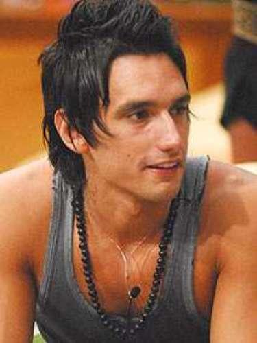 Na 7ª edição do Big Brother Brasil, o argentino Pablo, que assim como ocorreria em outras ocasiões fez um intercâmbio de alguns dias na confinamento brasileiro, fez história ao não se interessarpelo estilo de banho dos colegas e resolveu tirar toda a roupa na hora de se lavar