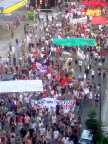 25 de janeiro -Após caminharem pela avenida Paulista, parte do grupo desceu a avenida Brigadeiro Luiz Antônio