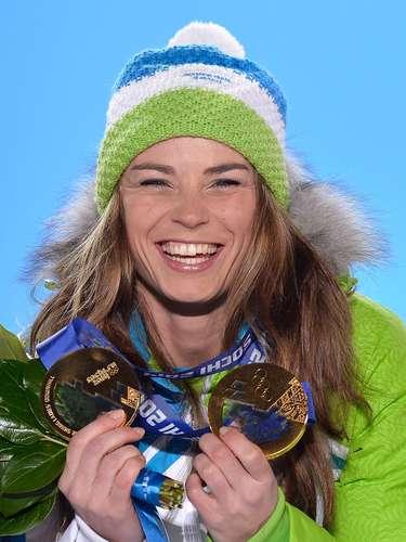 Tina Maze, da Eslovênia, exibiu as duas medalhas apostando em uma touca estilosa sobre o cabelo volumoso