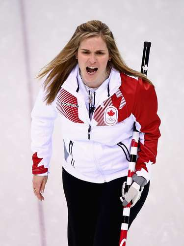 Jennifer Jones, do Canadá, deixou os fios soltos para a prova de curling