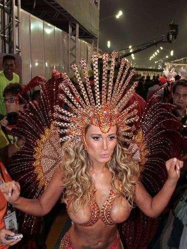 Andressa Urach desfilou pela Leandro de Itaquera e deixou os seios a mostra
