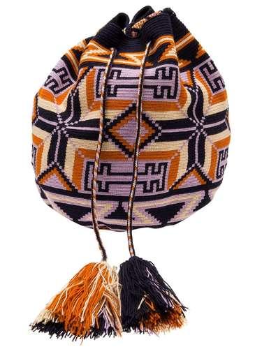 Bolsa mochila com toque étnico à venda no Farfetch. R$ 1.880. SAC: (11) 3958-8695