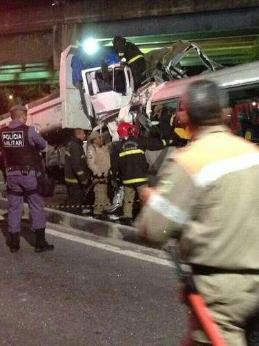 O caminhão trafegava no avenida Djalma Batista no sentindo bairro-centro, e o micro-ônibus no sentido oposto