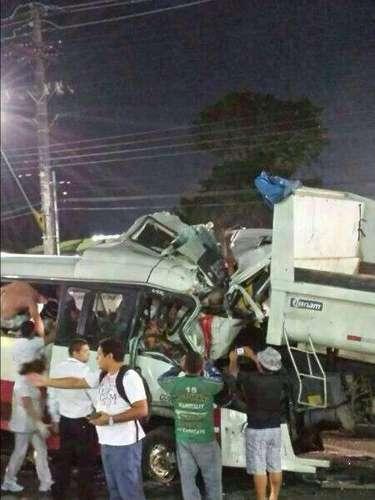 O micro-ônibus estava com aproximadamente 40 passageiros na hora da colisão