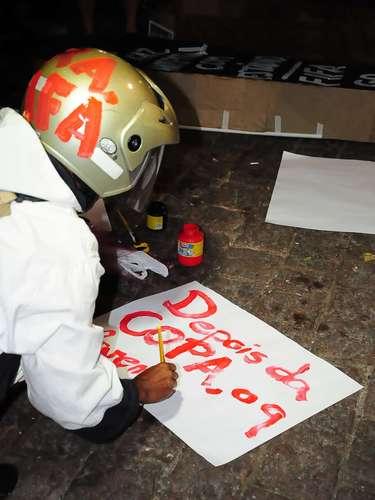 15 de abril - Homem protesta com cartaz contra o Mundial de Futebol