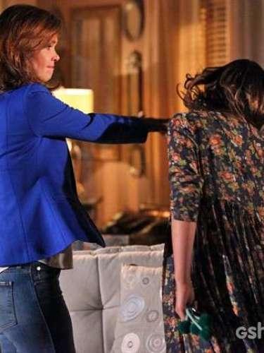 Em briga por causa de Laerte, Helena não se aguenta e dá um tapa na cara da filha Luiza