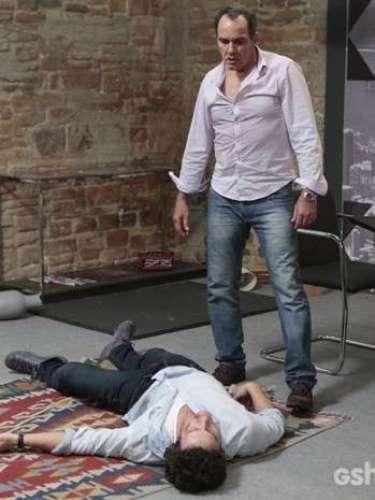 Virgílio (Humberto Martins) dá uma surra em Laerte (Gabriel Braga Nunes)