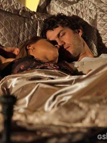 Shirley (Vivianne Pasmanter) e Laerte (Gabriel Braga Nunes) vão dormir juntos