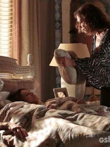 Branca surge com um travesseiro em frente à cama em que dormem Ricardo e Chica