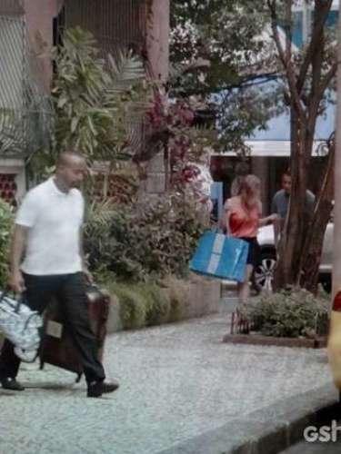 Após confusão em comunidade, Juliana faz as malas e foge com Bia sem avisar a ninguém da família