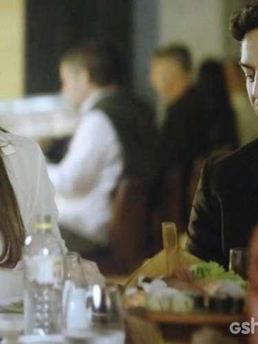 Durante um jantar com Clara (Giovanna Antonelli) eMarina (Tainá Müller),Laerte (Gabriel Braga Nunes) não consegue conter o ciúme.