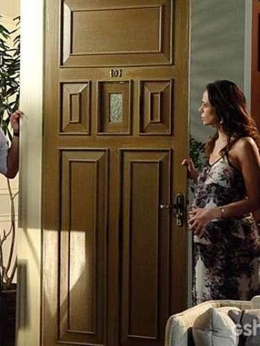 Apesar o susto, ele explica que só apareceu para entregar um casaco à Juliana.